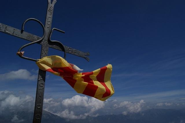Detalle de la cruz que corona la cima